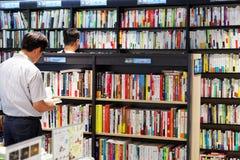 汉城,韩国- 2015年8月13日:在COEX大会和展览会供以人员读一本书-汉城,韩国书店  免版税库存照片