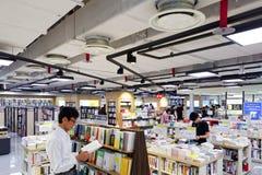 汉城,韩国- 2015年8月13日:在COEX大会和展览会供以人员阅读书-汉城,韩国书店  免版税库存图片
