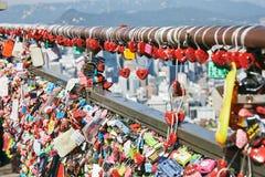 汉城,韩国- 2014年10月8日:很多爱钥匙在各种各样的颜色焦点锁在Namsan塔在中心 免版税库存图片
