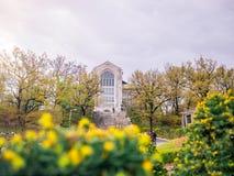 汉城,韩国- 2018年4月14日:旅游参观的Ehwa妇女大学欧洲风格的大厦 这是第一妇女univ 免版税库存图片