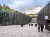 汉城,韩国- 2018年4月14日:旅游参观的Ehwa妇女大学欧洲风格的大厦 这是第一妇女univ 免版税库存照片