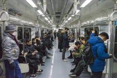汉城,韩国- 2019年1月13日:汉城地铁的人们,里面首尔地铁 库存图片
