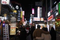 汉城,韩国- 2019年1月9日:江南地区街道在晚上 库存照片