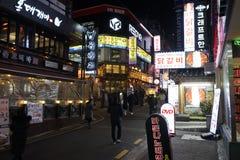 汉城,韩国- 2019年1月9日:江南地区街道在晚上 免版税库存照片