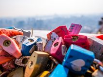 汉城,韩国- 2018年4月16日:爱钥匙和都市风景在夏季的namsan山在汉城塔,韩国 免版税库存图片