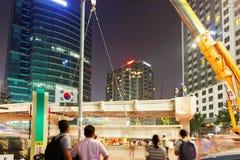 汉城,韩国- 2015年8月10日:装配一座新的桥梁的工程师在晚上在汉城,韩国的中心 库存图片