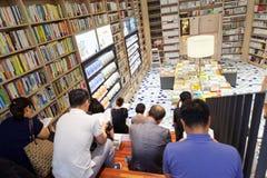 汉城,韩国- 2015年8月13日:许多人阅读书在COEX大会和展览会-汉城书店,南 图库摄影