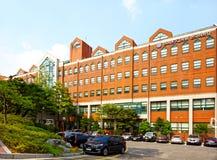 汉城,韩国- 2015年8月12日:KLI主要校园-韩国语言学研究所-延世大学-非常有名望的学校 库存图片
