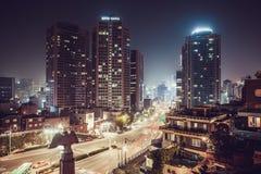 汉城,韩国- 2015年8月11日:Myeong东地区摩天大楼在Namsan附近的耸立-汉城,韩国 库存照片