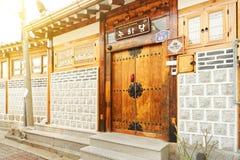 汉城,韩国- 2015年8月09日:resedential区域独特的房子在Seochon Hanok村庄的在汉城,韩国 免版税库存照片