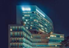 汉城,韩国- 2015年8月12日:Yonsei Univercity巨蟹星座中心新的校园在晚上-在大厦的文字意味 库存照片
