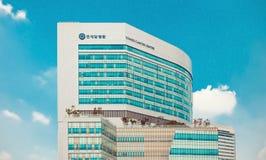 汉城,韩国- 2015年8月12日:Yonsei Univercity巨蟹星座中心新的校园-在大厦的文字意味 免版税图库摄影
