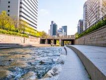 汉城,韩国- 2018年4月16日 游人参观清溪川小河目的地在汉城,韩国 地方允许tou 图库摄影