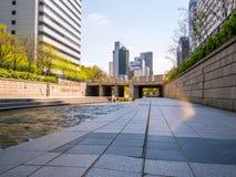 汉城,韩国- 2018年4月16日 游人参观清溪川小河目的地在汉城,韩国 地方允许tou 免版税库存图片