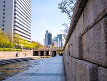 汉城,韩国- 2018年4月16日 游人参观清溪川小河目的地在汉城,韩国 地方允许tou 库存照片