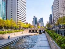 汉城,韩国- 2018年4月16日 游人参观清溪川小河目的地在汉城,韩国 地方允许tou 库存图片