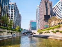 汉城,韩国- 2018年4月16日 游人参观清溪川小河目的地在汉城,韩国 地方允许tou 免版税库存照片