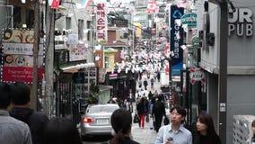 汉城,韩国- 2017年10月09日 走在itaewon区的人们 股票录像