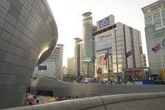 汉城,韩国2017年10月09日 Dongdaemun设计广场现代建筑学 免版税库存图片