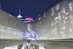 汉城,韩国2017年10月09日 Dongdaemun设计广场现代建筑学 免版税库存照片