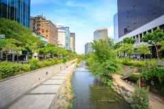 汉城,韩国- 2017年6月19日清溪川小河在汉城, Kore 库存照片
