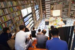 汉城,韩国- 2015年8月13日:人阅读书在COEX大会和展览会书店2015年8月13日 免版税库存照片