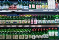 汉城,韩国- 2017年3月13日:在超级市场显示的Soju瓶各种各样的味道在韩国 免版税库存图片