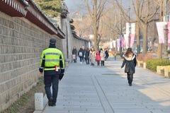 汉城,韩国- 2014年1月06日:在附近巡逻的警察 库存照片