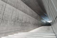 汉城,韩国- 2016年8月14日:在Dongdaemun位于汉城的设计广场的Stairscase,设计由萨哈・哈帝 被拍的照片 库存照片