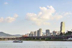 汉城,韩国- 2008年8月10日:汉江和Gangnam看法  库存照片