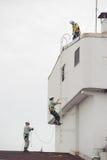 汉城,韩国- 2010年9月6日:盖屋顶的人 免版税库存照片