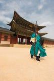 绿色卫兵走的Gyeongbokgung宫殿入口 免版税库存图片