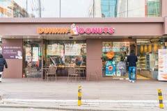 汉城,韩国- 2016年3月8日:Dunkin油炸圈饼商店外部  库存图片