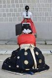汉城,韩国5月17日2017年:在传统Hanbok打扮的韩国女孩 免版税库存图片