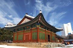 汉城,韩国12-20-2012 :冬天季节的Deoksugung宫殿 Hanok是传统的 免版税图库摄影
