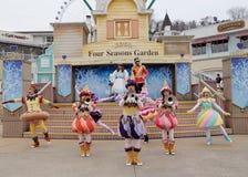 汉城-11月24日:五颜六色的服装的舞蹈家在街道游行参与庆祝三星` s Everland主题乐园的 库存照片