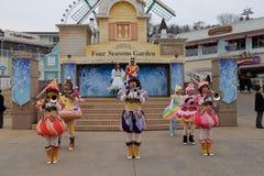汉城-11月24日:五颜六色的服装的舞蹈家在街道游行参与庆祝三星` s Everland主题乐园的 库存图片
