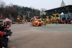汉城-11月24日:五颜六色的服装的舞蹈家在街道游行参与庆祝三星` s Everland主题乐园的 图库摄影