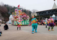汉城-11月24日:五颜六色的服装的舞蹈家在街道游行参与庆祝三星` s Everland主题乐园的 免版税库存照片