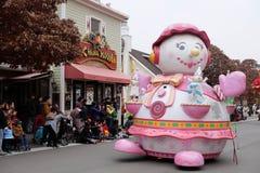 汉城-11月24日:五颜六色的服装的舞蹈家在街道游行参与庆祝三星` s Everland主题乐园的 免版税库存图片