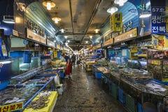 汉城- 2016年10月23日:卖鱼的供营商在Garak市场上我 免版税图库摄影