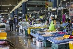 汉城- 2016年10月23日:卖鱼的供营商在Garak市场上我 免版税库存图片