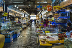 汉城- 2016年10月23日:卖鱼的供营商在Garak市场上我 图库摄影