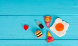 以汉堡、薄饼和饮料的形式,果冻糖果代表 库存图片