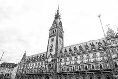 汉堡与塔的市政厅大厦在多云天空,德国 库存图片