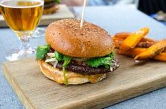 汉堡包和啤酒 免版税库存图片