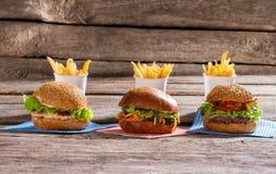 汉堡包和杯子用油炸物 免版税库存照片