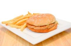 汉堡包用在白色板材的油炸物。 免版税库存图片