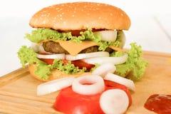汉堡包用蕃茄、葱和番茄酱 图库摄影