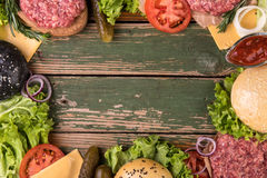 汉堡包的成份在木桌、边界背景与拷贝空间食谱的或文本上 顶视图 免版税库存图片
